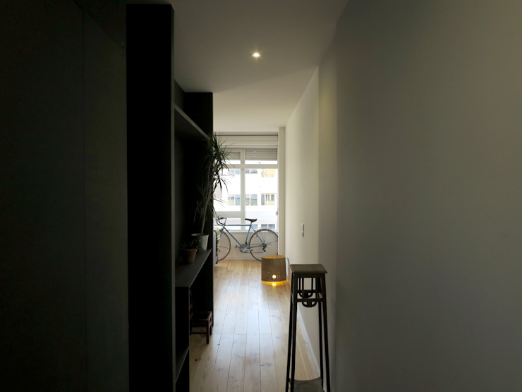 Couloir, entrée, escaliers minimalistes par OTTOTTO Minimaliste Bois d'ingénierie Transparent