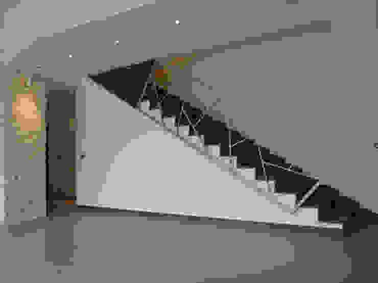 DORIArchitetti Modern corridor, hallway & stairs