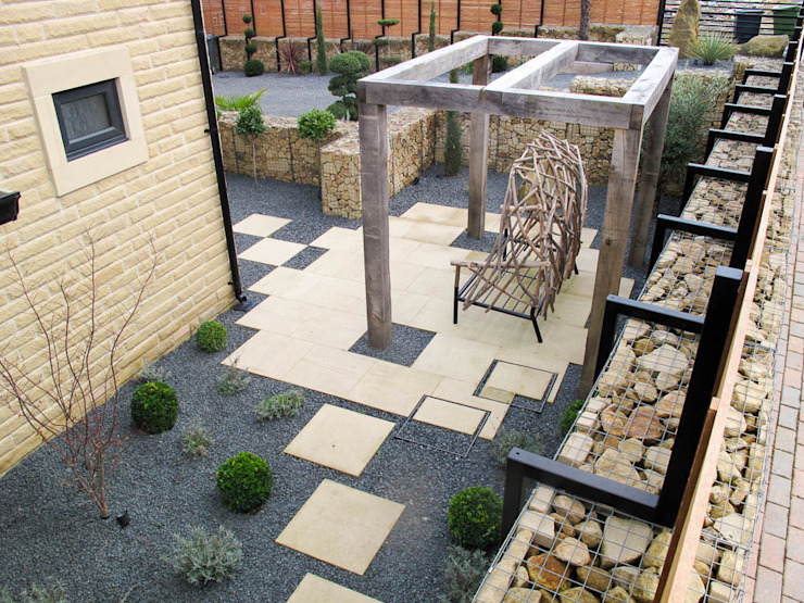 New wooden canopy - a space to sit and reflect Yorkshire Gardens Jardin moderne