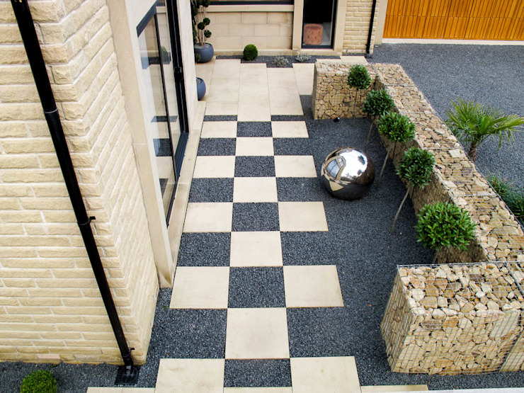 Checkerboard paving and futuristic garden feature Yorkshire Gardens Jardin moderne