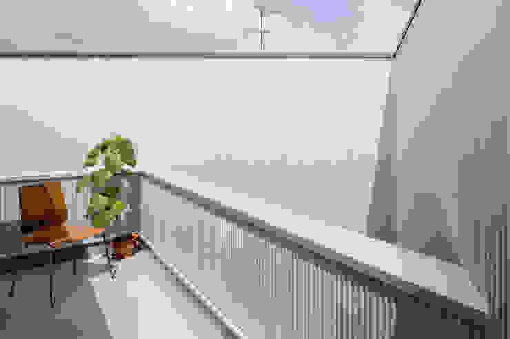 Balconies, verandas & terraces  by 建築設計事務所SAI工房