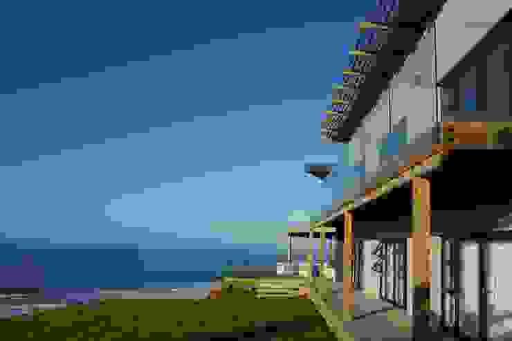 Brenton house main facade & context Modern houses by Sergio Nunes Architects Modern Glass
