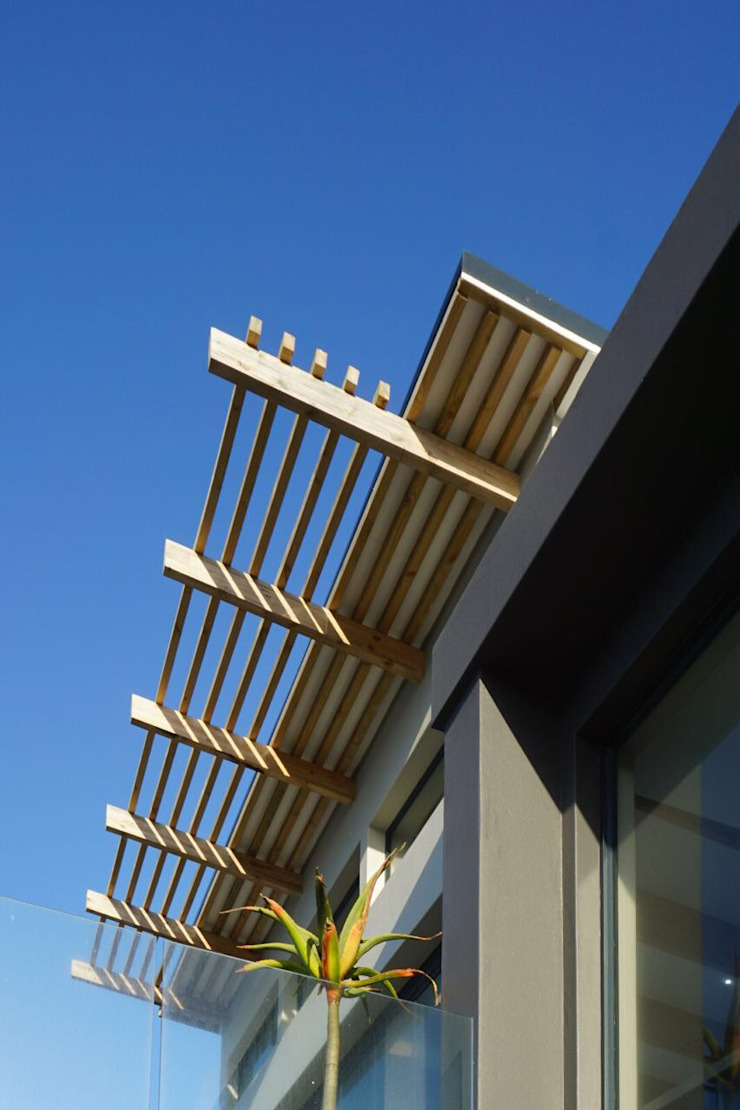 Brenton House detail of roof structure Scandinavian style houses by Sergio Nunes Architects Scandinavian Solid Wood Multicolored