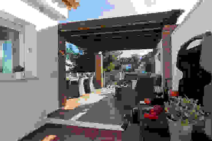 Śródziemnomorski balkon, taras i weranda od Home & Haus | Home Staging & Fotografía Śródziemnomorski