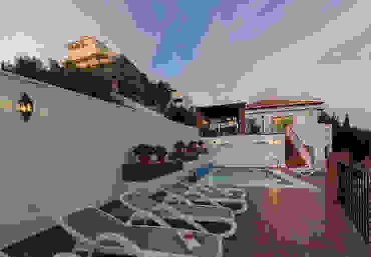 Piscina Home & Haus | Home Staging & Fotografía Piscinas de estilo mediterráneo Blanco