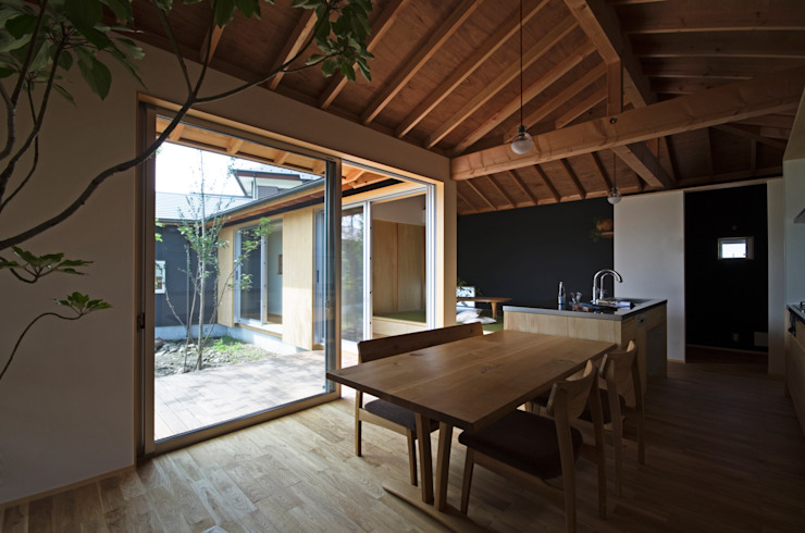 Salle à manger moderne par 岡本和樹建築設計事務所 Moderne