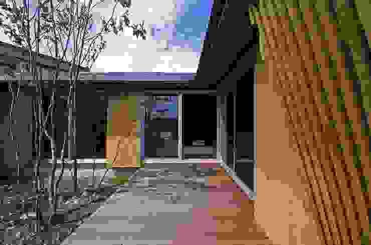 Maisons modernes par 岡本和樹建築設計事務所 Moderne