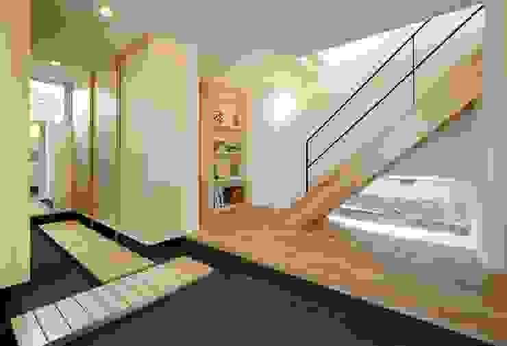 Pasillos, vestíbulos y escaleras modernos de 岡本和樹建築設計事務所 Moderno