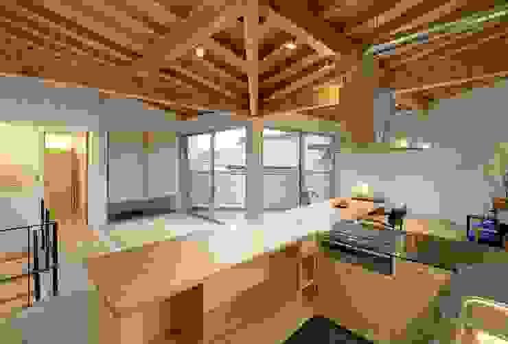 Cozinhas modernas por 岡本和樹建築設計事務所 Moderno