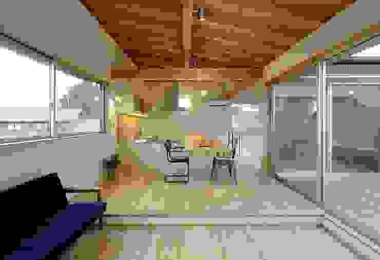 Salas de jantar modernas por 岡本和樹建築設計事務所 Moderno