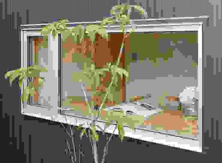 Escritórios modernos por 岡本和樹建築設計事務所 Moderno
