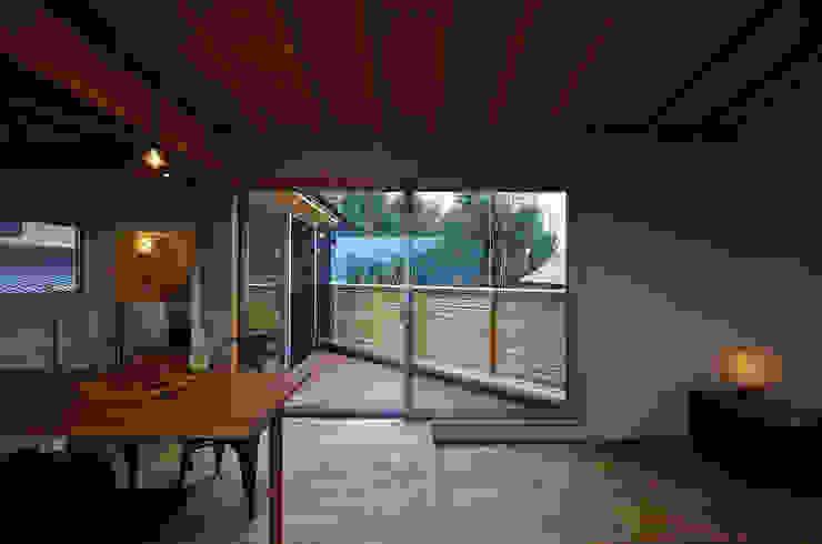 Livings modernos: Ideas, imágenes y decoración de 岡本和樹建築設計事務所 Moderno