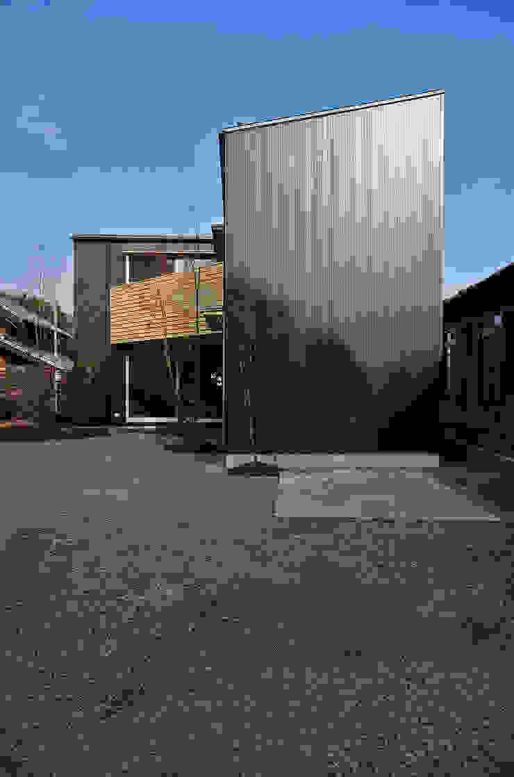 Casas modernas: Ideas, imágenes y decoración de 岡本和樹建築設計事務所 Moderno