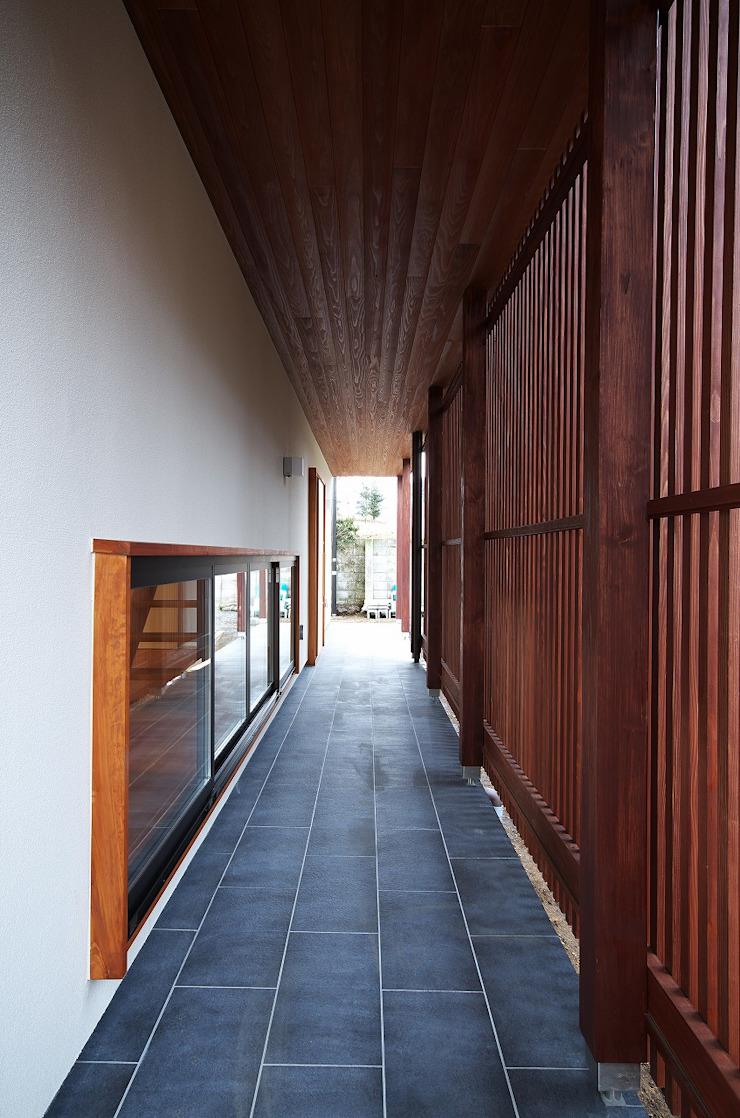 ห้องโถงทางเดินและบันไดสมัยใหม่ โดย 岡本和樹建築設計事務所 โมเดิร์น