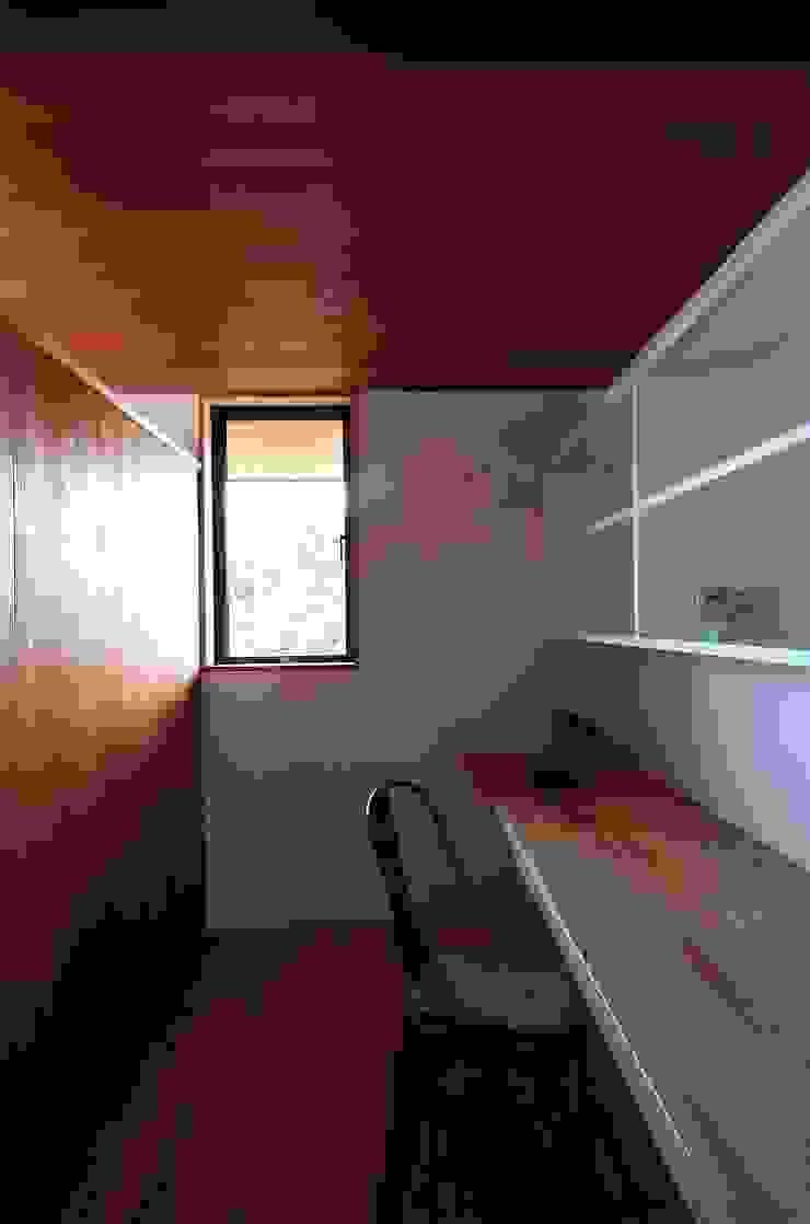 Studio moderno di 岡本和樹建築設計事務所 Moderno