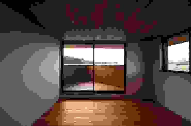 Camera da letto moderna di 岡本和樹建築設計事務所 Moderno