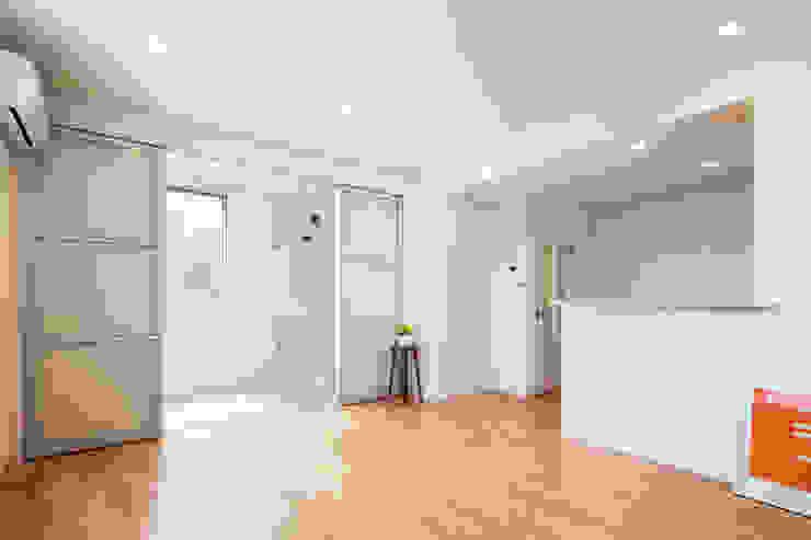 リビング インナーバルコニー|東京都足立区|収納の家 モダンデザインの リビング の homify モダン