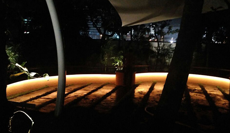 Lighting for seats by Land Design landscape architects Modern