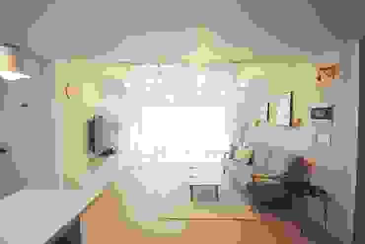 [홈라떼] 인천 24평 아파트 신혼집 홈스타일링 미니멀리스트 거실 by homelatte 미니멀