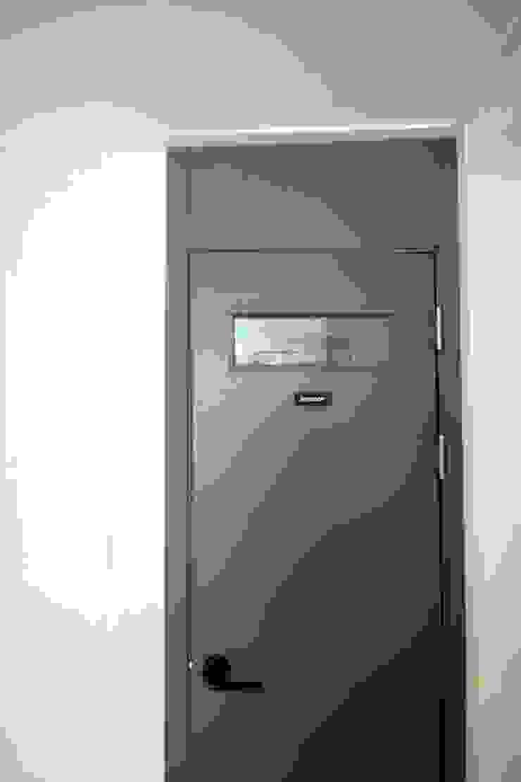 Minimalist style bathroom by homelatte Minimalist