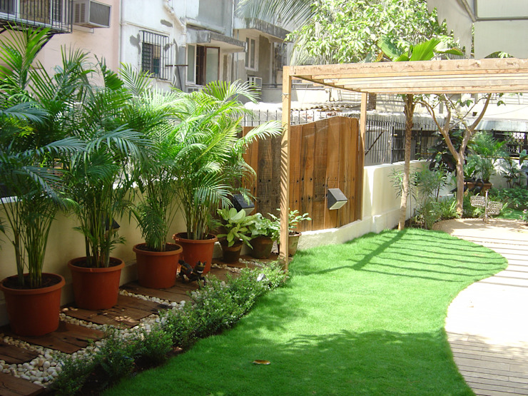 Facade design Tropical style garden by Land Design landscape architects Tropical