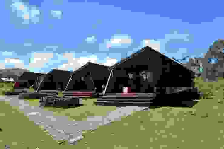 CHALET Hoteles de estilo tropical de CHALETS Y LOFTS JK Tropical Ladrillos