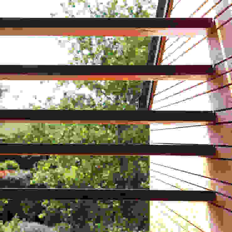 brise soleil Fenêtres & Portes modernes par yg-architecte Moderne Bois massif Multicolore