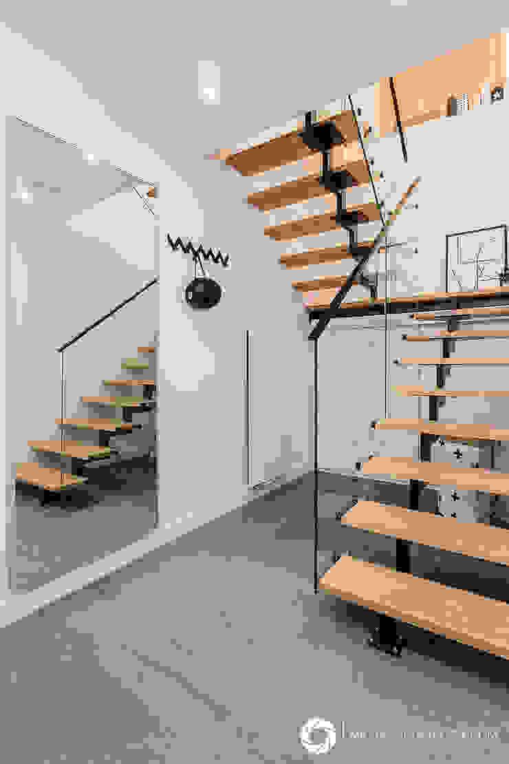 Pasillos, vestíbulos y escaleras modernos de Michał Młynarczyk Fotograf Wnętrz Moderno