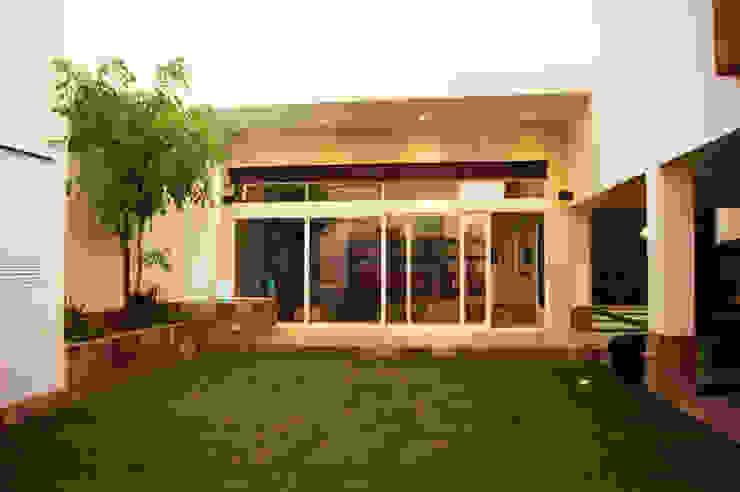 Ampliación Residencia BG Balcones y terrazas modernos de Arstudio Moderno Piedra