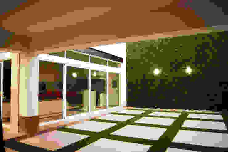 Ampliación Residencia BG Balcones y terrazas modernos de Arstudio Moderno Aluminio/Cinc