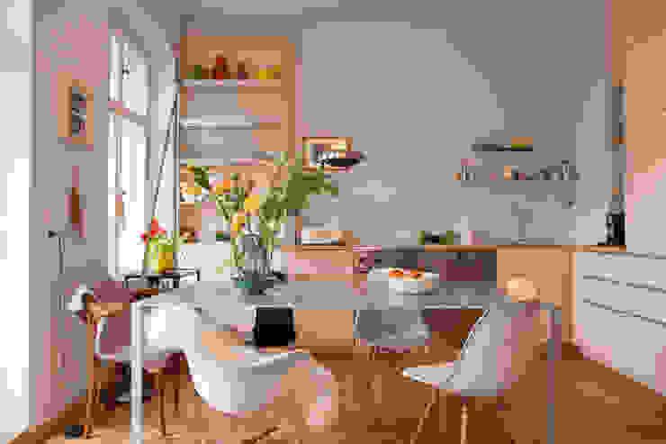 Küche aus hellem Holz in Berlin:  Küche von Berlin Interior Design,