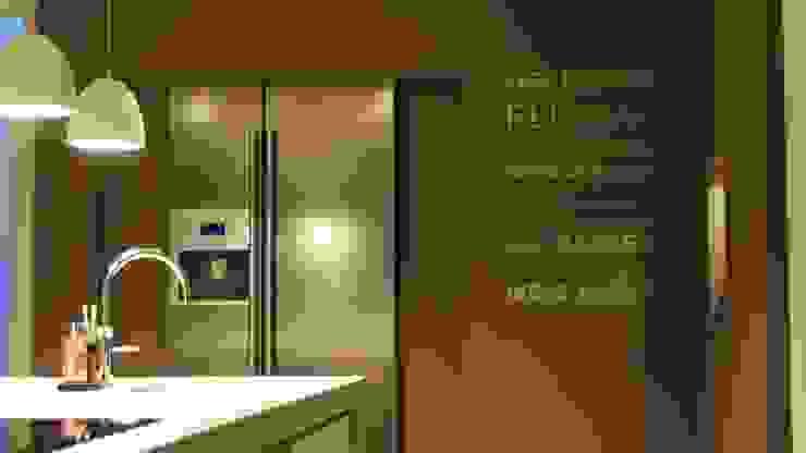 Moderne woonkeuken met Amerikaanse koelkast in nis Moderne keukens van Langens & Langens BV Modern