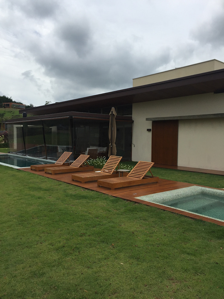 Modern pool by luciana zeitel & marcella libeskind arquitetura e interiores Modern