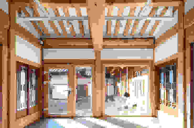 한옥에 살다 아시아스타일 거실 by Design A3 한옥