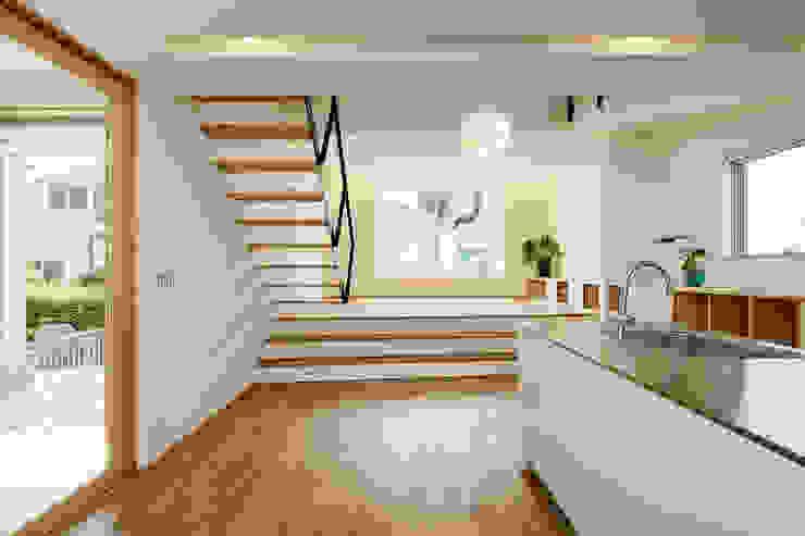 Modern living room by スタジオグラッペリ 1級建築士事務所 / studio grappelli architecture office Modern