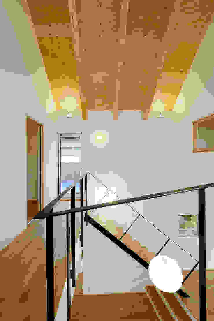Modern corridor, hallway & stairs by スタジオグラッペリ 1級建築士事務所 / studio grappelli architecture office Modern