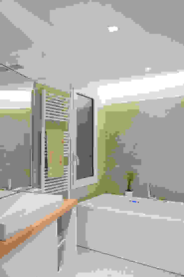 FLAT SC Modern bathroom by 07am architetti Modern
