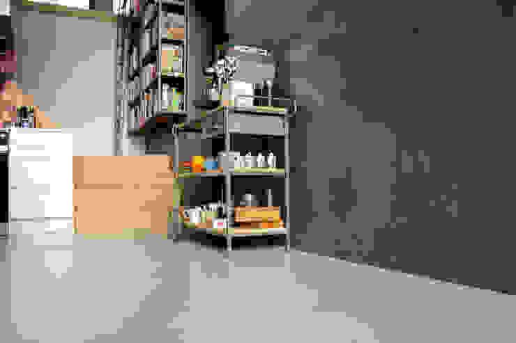 Betonlook gietvloer in combinatie met betonlook wanden van Motion Gietvloeren Industrieel