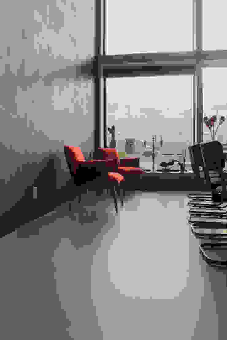 Betonlook gietvloer in combinatie met een minimalistisch interieur van Motion Gietvloeren Industrieel