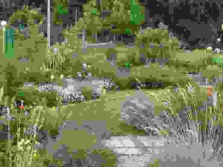 Frühsommer Garten im Landhausstil von wilhelmi garten- und landschaftsarchitektur Landhaus