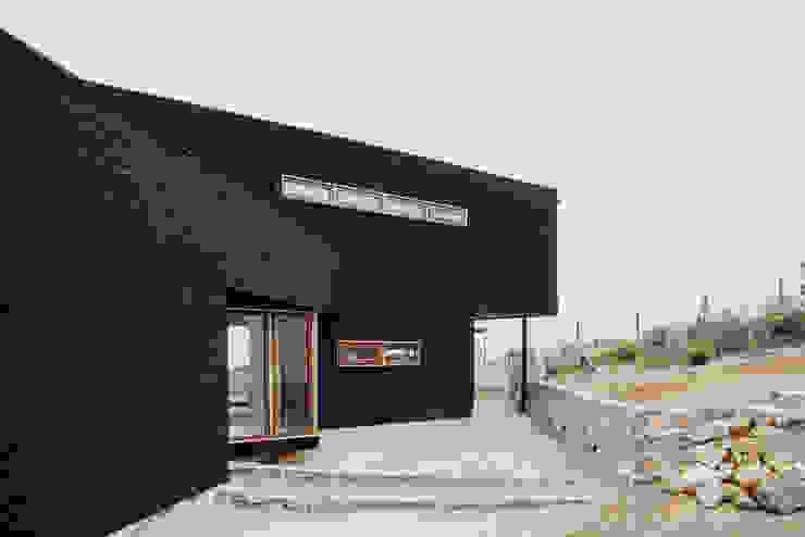exterior acceso Casas de estilo rústico de Thomas Löwenstein arquitecto Rústico Madera Acabado en madera