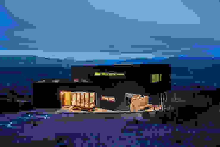 vista nocturna Casas rústicas de Thomas Löwenstein arquitecto Rústico Madera Acabado en madera