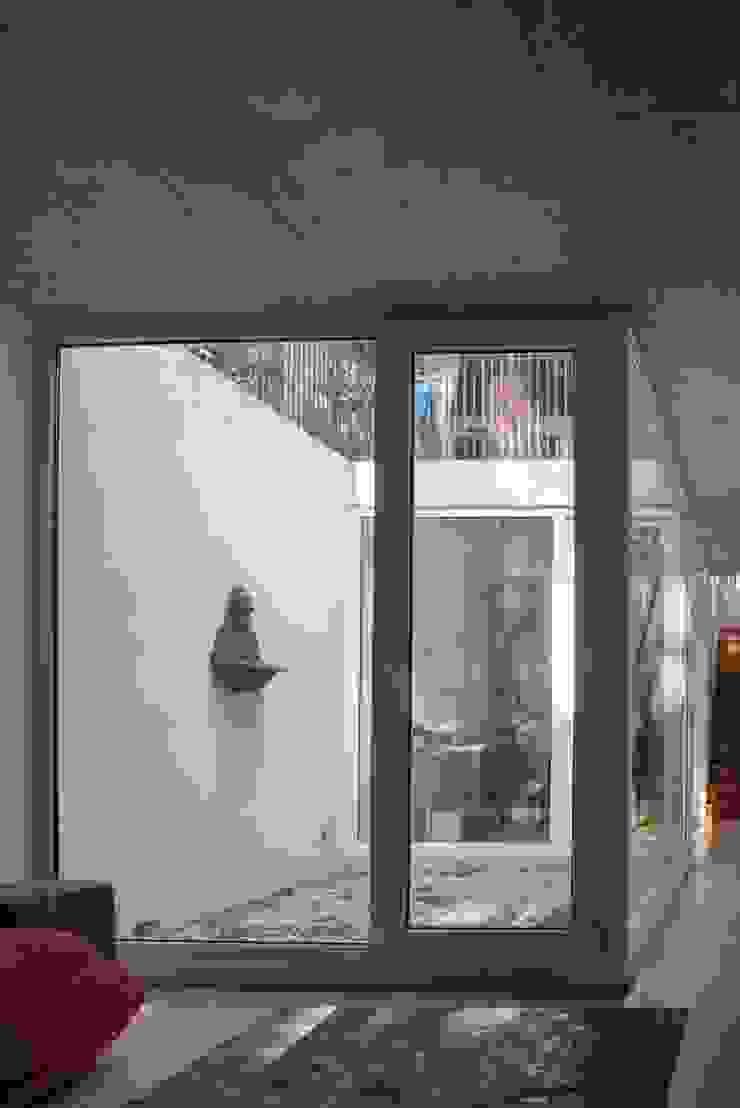 vista patio de luz subterráneo Oficinas y bibliotecas de estilo moderno de Thomas Löwenstein arquitecto Moderno Vidrio