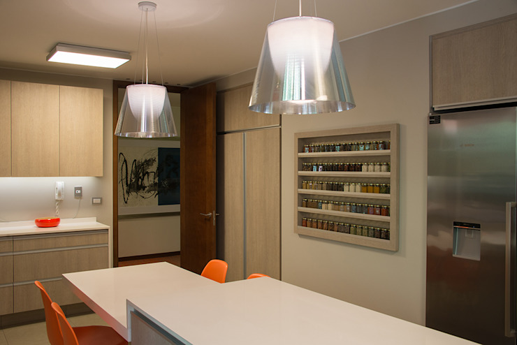 Thomas Löwenstein arquitecto オリジナルデザインの キッチン 木材・プラスチック複合ボード ベージュ