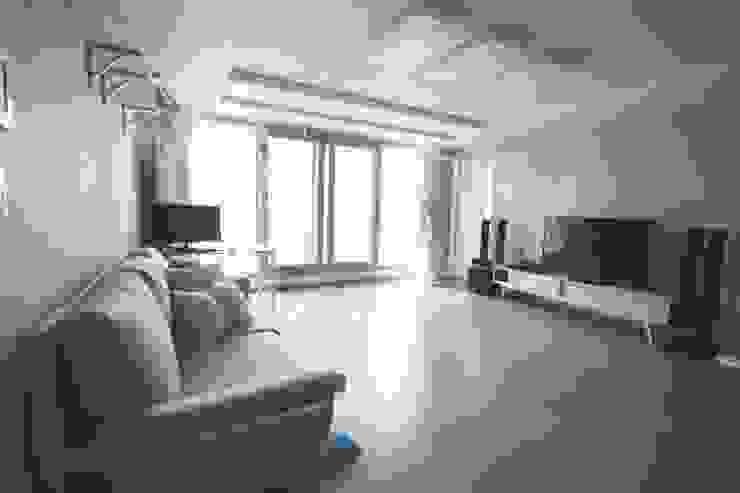 [홈라떼] 김포 34평 새아파트 민트 하우스 홈스타일링 미니멀리스트 거실 by homelatte 미니멀