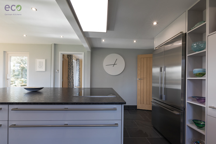 Stunning open plan Satin Grey kitchen Cocinas de estilo moderno de Eco German Kitchens Moderno Tablero DM