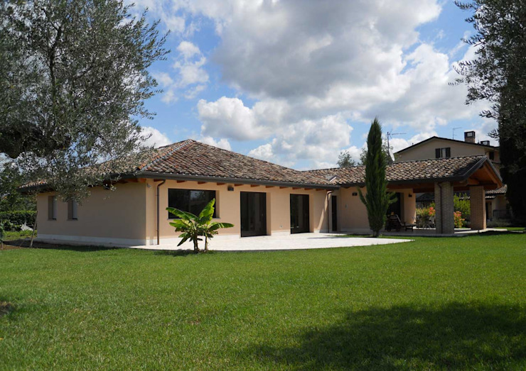 Classic style houses by Costantini Case in Legno Classic