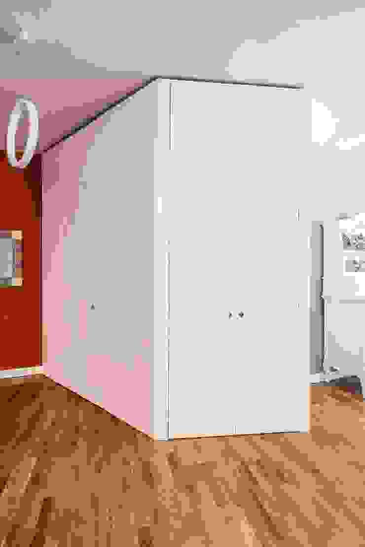 UAU un'architettura unica Ausgefallener Flur, Diele & Treppenhaus Holz Weiß