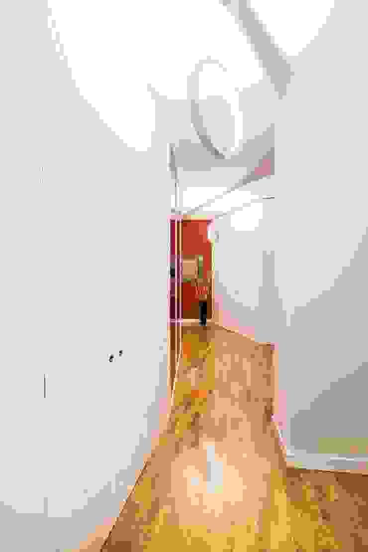 UAU un'architettura unica Ausgefallener Flur, Diele & Treppenhaus Weiß