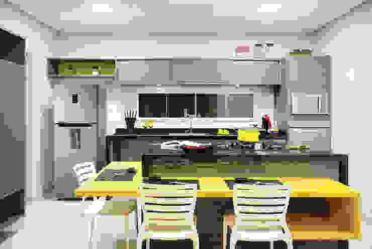廚房 by Híbrida Arquitetura, Engenharia e Construção, 現代風